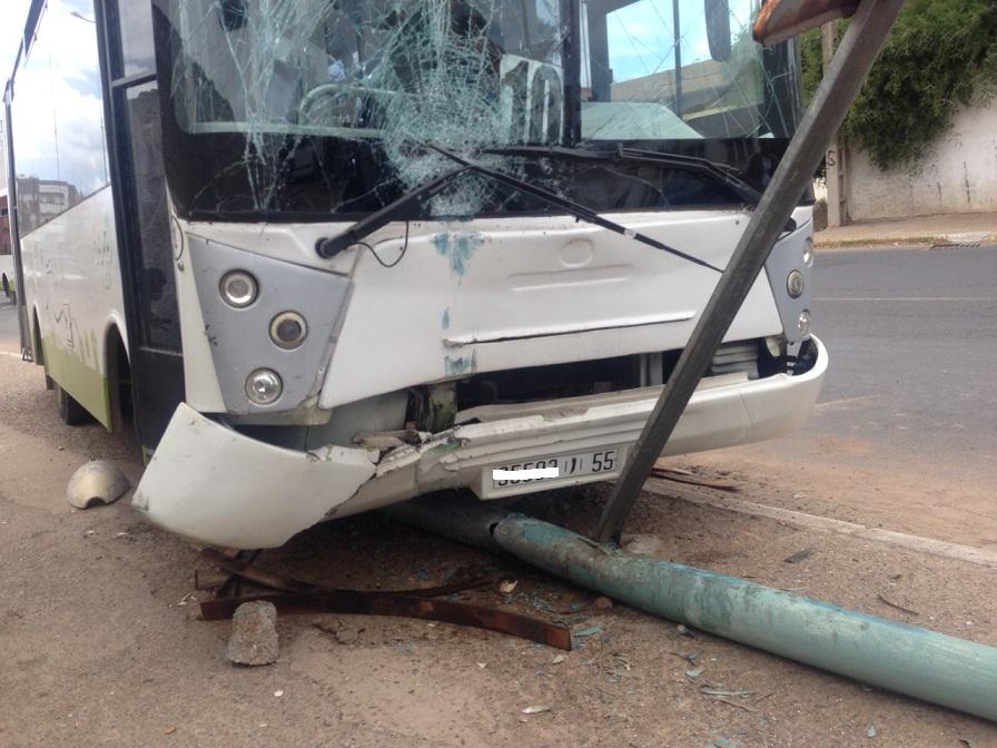 بالصور.. إصابة 9 أشخاص في اصطدام حافلة للنقل الحضري بعمود كهربائي بوسط الجديدة