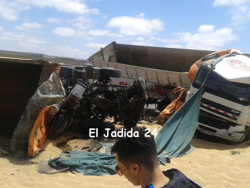 بالصور.. 26 جريحا في اصطدام بين شاحنتين وحافلة لنقل المستخدمين بطريق الجرف الأصفر