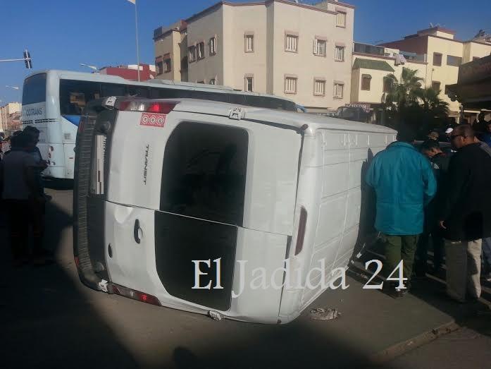 بالصور.. انقلاب سيارة في حادث اصطدام بين سيارتين داخل ملتقى حي المويلحة بالجديدة
