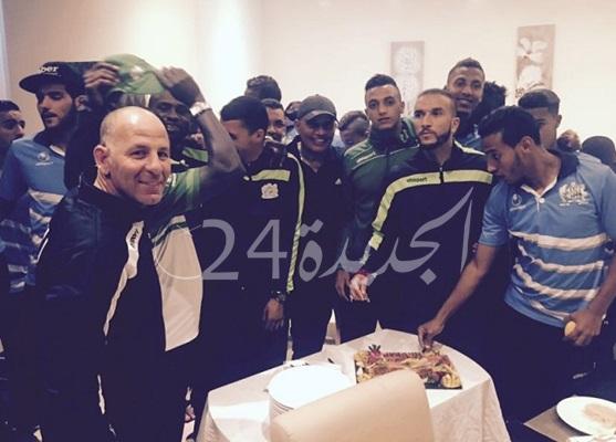 لاعبو الدفاع الجديدي يستقبلون حدراف بالحلوى في معسكر الرباط بعد تجديده لعقده مع النادي