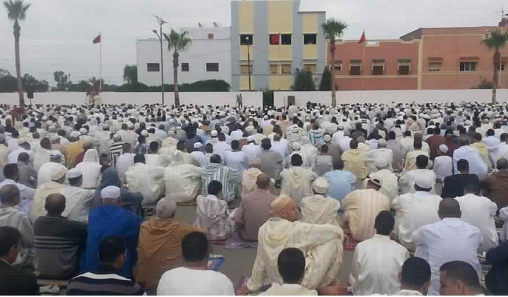 تأخر عامل سيدي بنور عن موعد صلاة العيد...سؤال حول احترام كرامة المواطنين