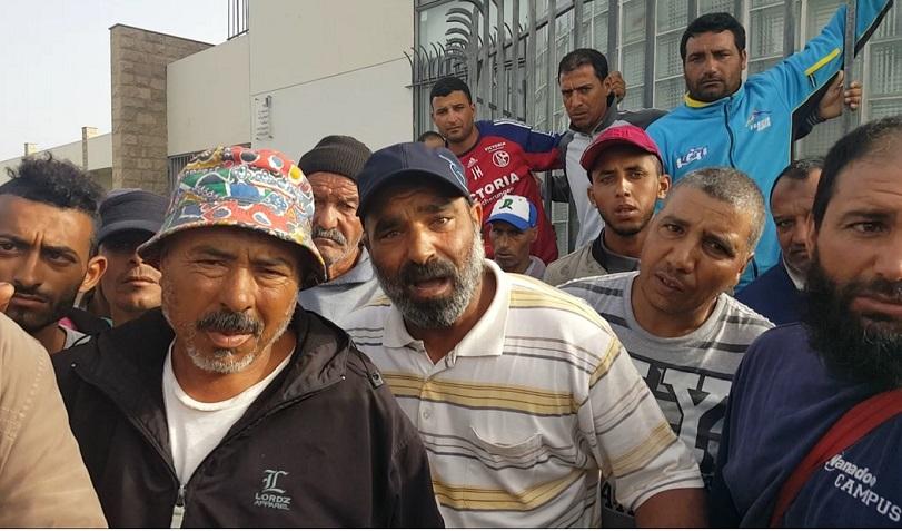 بالفيديو.. مهنيو جني الطحالب البحرية يحتجون على انعدام الأمن بميناء الجديدة ويطالبون بتنظيم القطاع