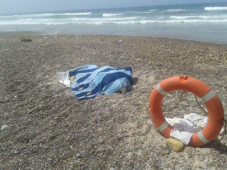 مياه البحر تلفظ على شاطىء الحوزية جثة امرأة متحللة وقارب صيد
