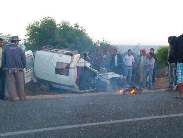 بالصور.. قتيل و 9 مصابين في اصطدام بين سيارتين قرب الجرف الاصفر