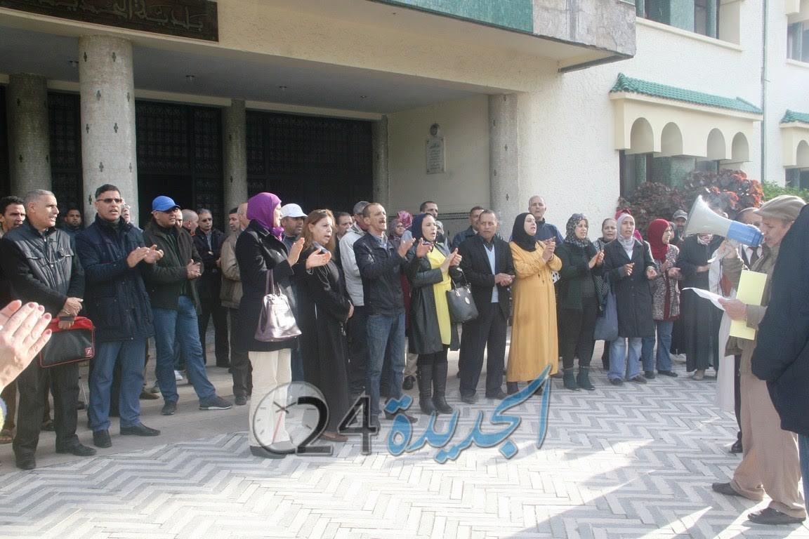 موظفو الجماعة الحضرية بالجديدة يحتجون ضد النائب السادس لرئيس الجماعة
