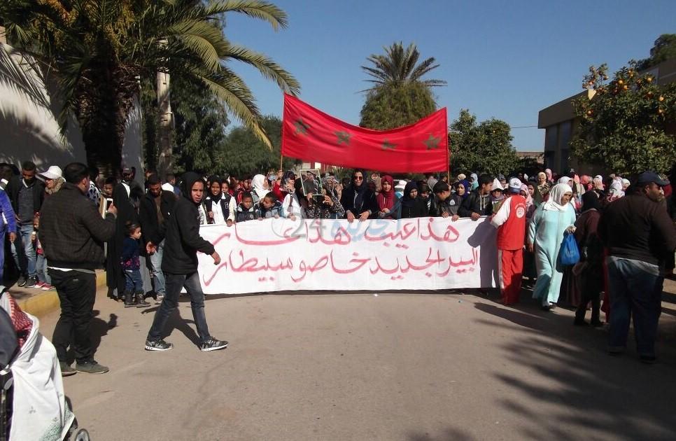 بالصور.. تنظيم وقفة احتجاجية حاشدة بالبئر الجديد للتنديد بالوضع المتردي للمركز الصحي بالمدينة