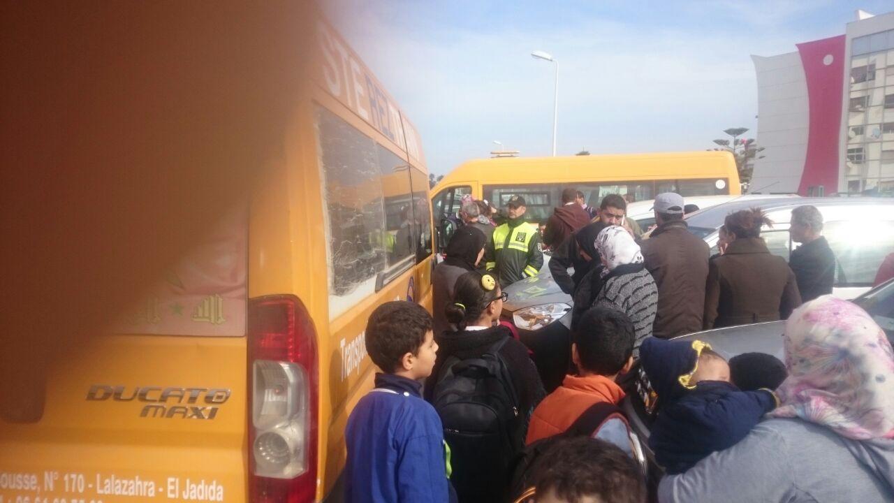 خطافة يحاصرون سيارة للنقل المدرسي ويعتدون على مرافقة التلاميذ بالقرب من مدرسة الإقامة بالجديدة