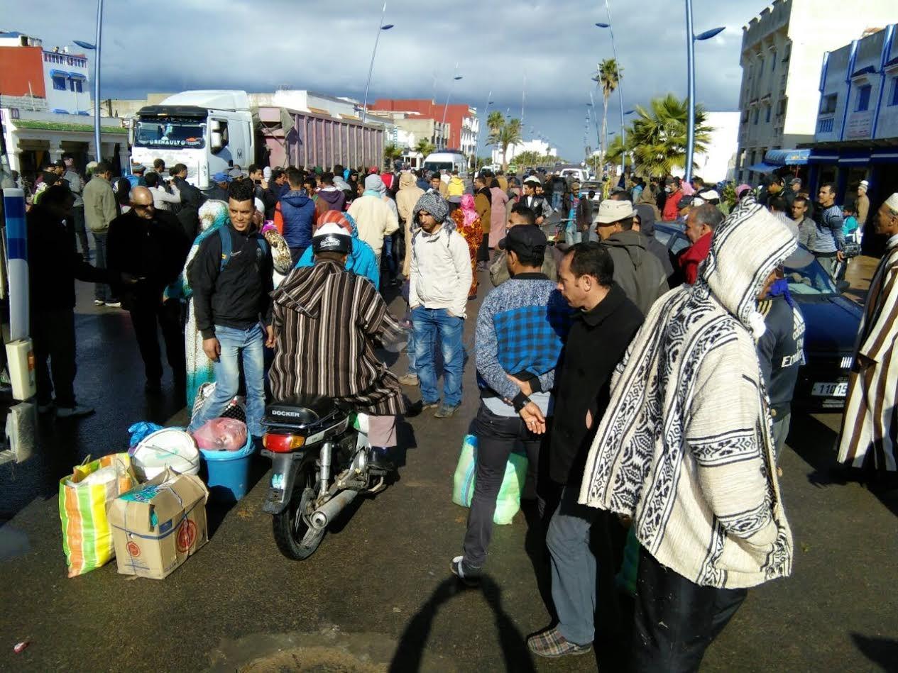بالصور.. مواطنون يوقفون حركة السير بالوليدية احتجاجا على غياب وسائل النقل