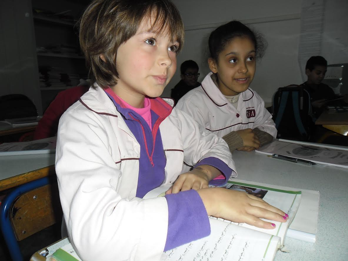 تلميذات أجنبيات من سويسرا و فرنسا يدرسن اللغة العربية بمدارس مغربية بمدينة الجديدة