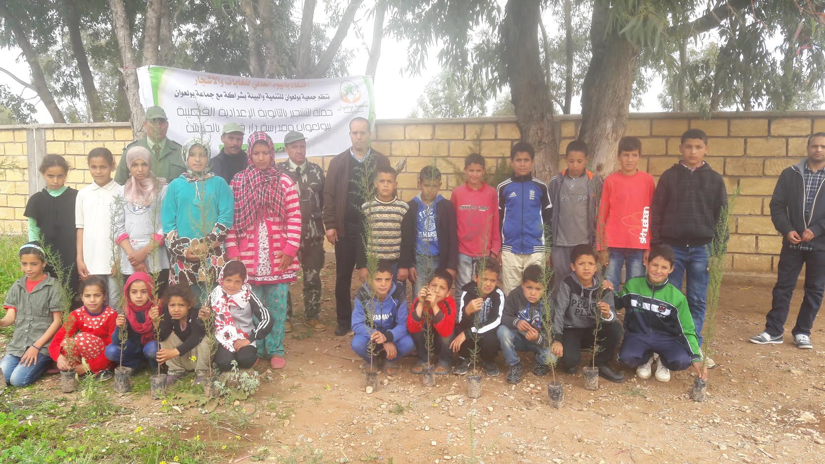 جمعويون يقومون بعملية تشجير مدرسة ''دار قدور بلحيرش'' بجماعة بولعوان
