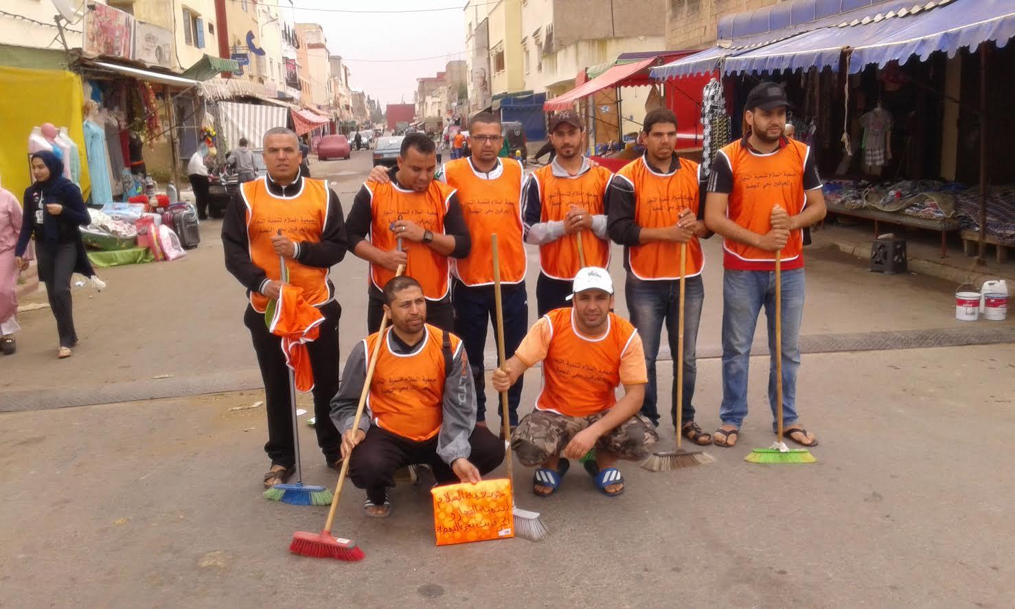 جمعويون ينظمون حملة للنظافة بحي النهضة بالزمامرة