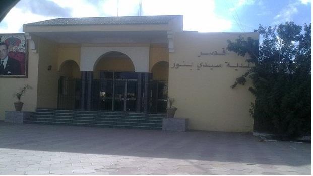 رواد الفيسبوك يجبرون رئيس جماعة سيدي بنور على التراجع عن قراره باقتناء سيارة فارهة و لوجيسيال