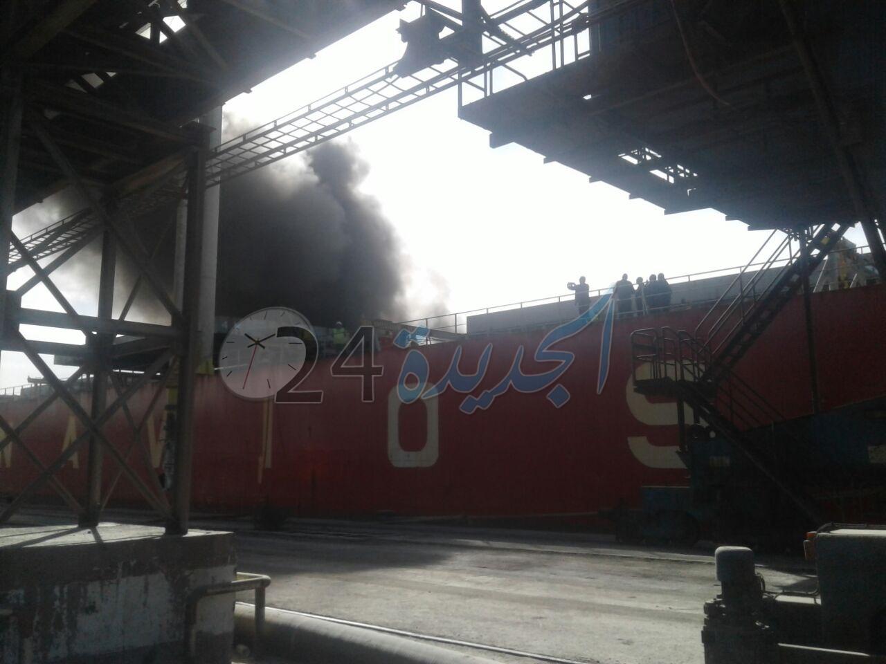 بالصور.. اندلاع حريق مهول داخل سفينة أجنبية في ميناء الجرف الأصفر