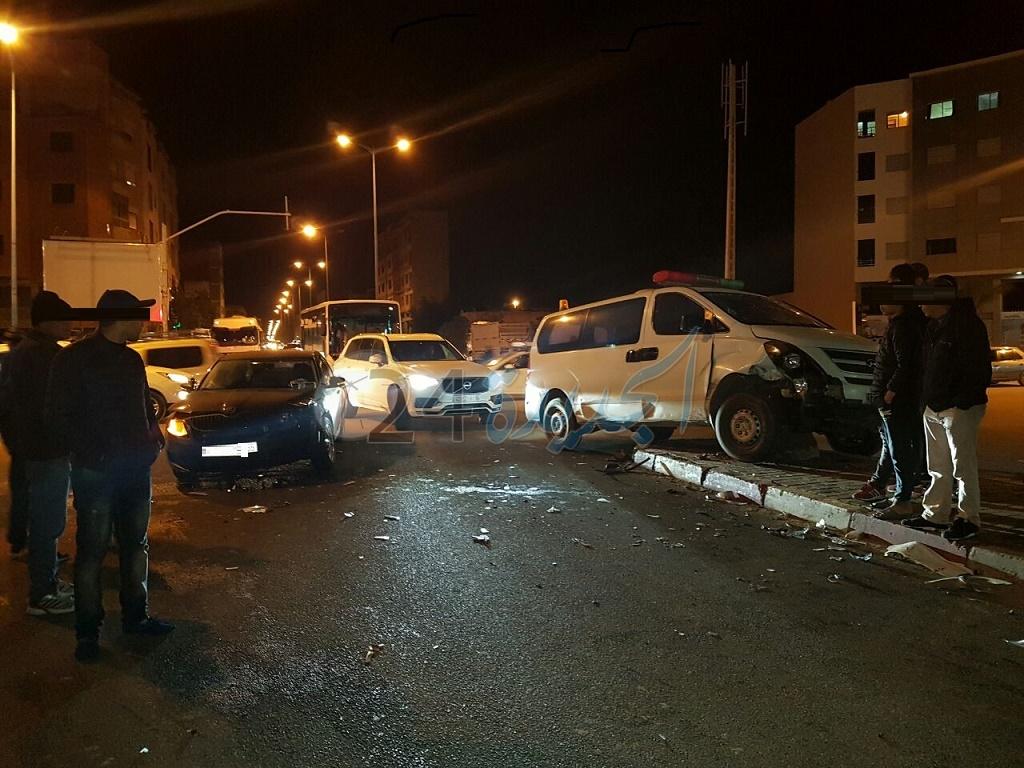 شاهد بالصور.. سيارة إسعاف جماعية تتسبب في حادثة سير خطيرة بوسط الجديدة