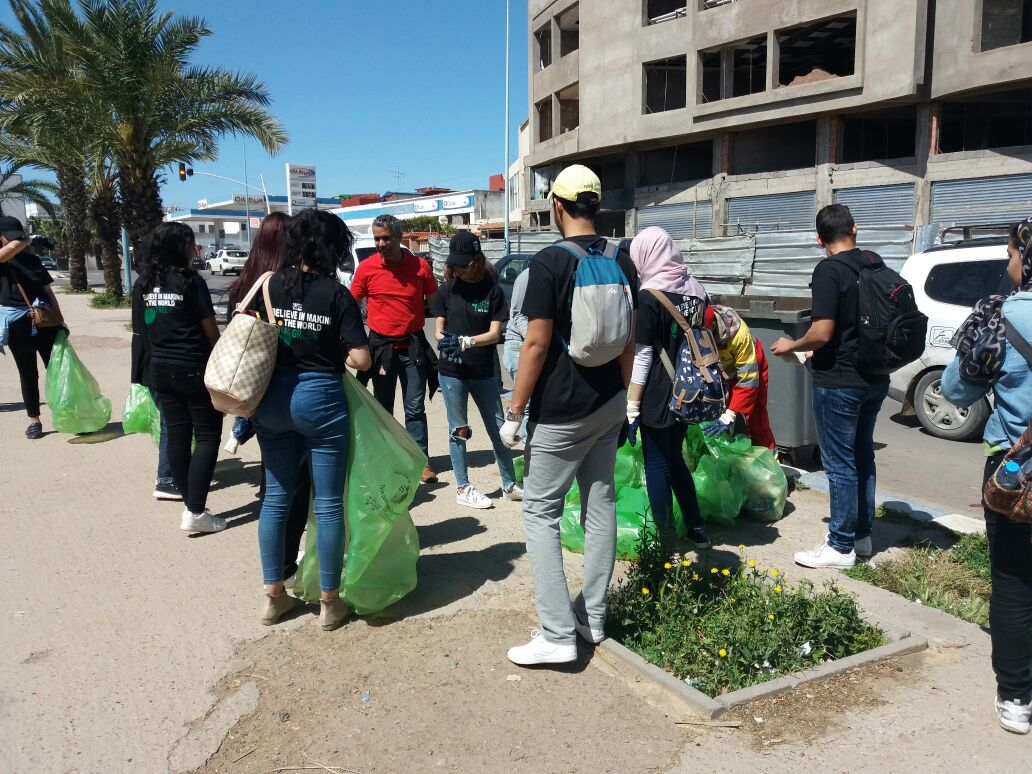 بالصور.. طلبة الENCG ينظمون حملة للنظافة بشوارع الجديدة