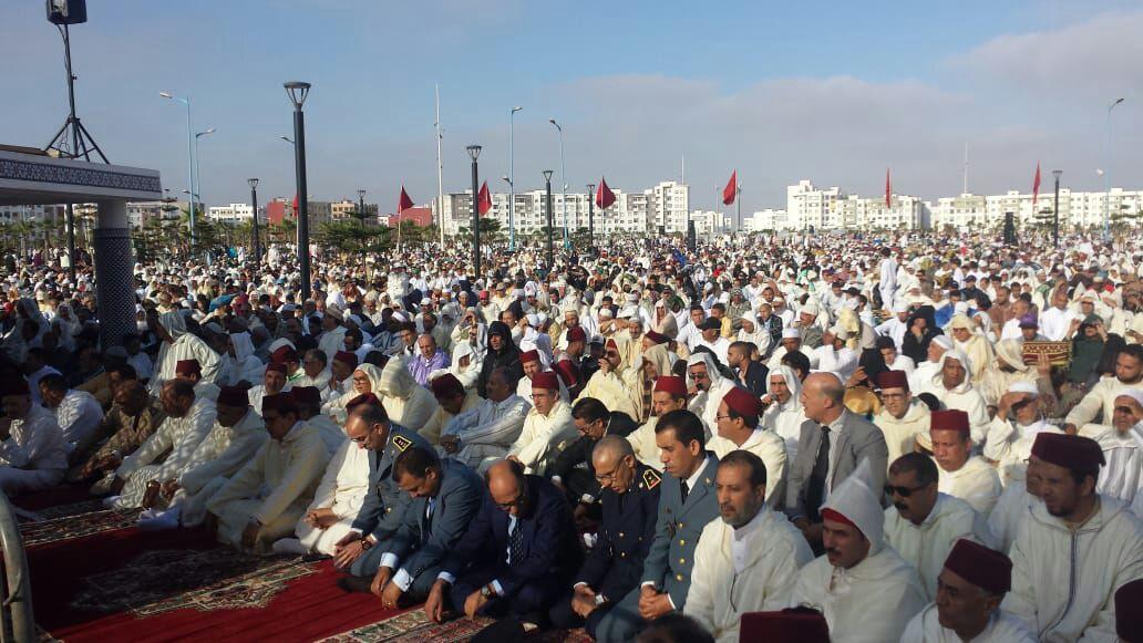 آلاف المصلين يؤدون صلاة عيد الفطر بساحة حي المطار بالجديدة