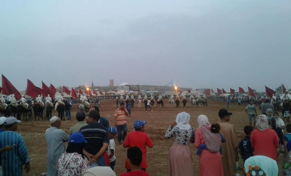 اطلاق الشهب الاصطناعية في حفل اختتام النسخة الأولى لمهرجان  بني دغوغ السواني بسيدي بنور