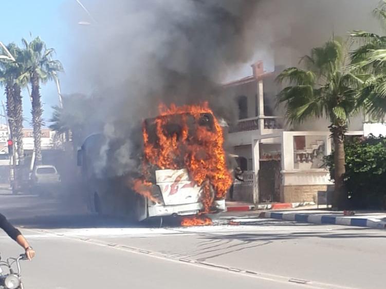بالصور والفيديو.. النيران تأتي في منتجع سيدي بوزيد على حافلة أقلت مواطنين إلى معرض الفرس