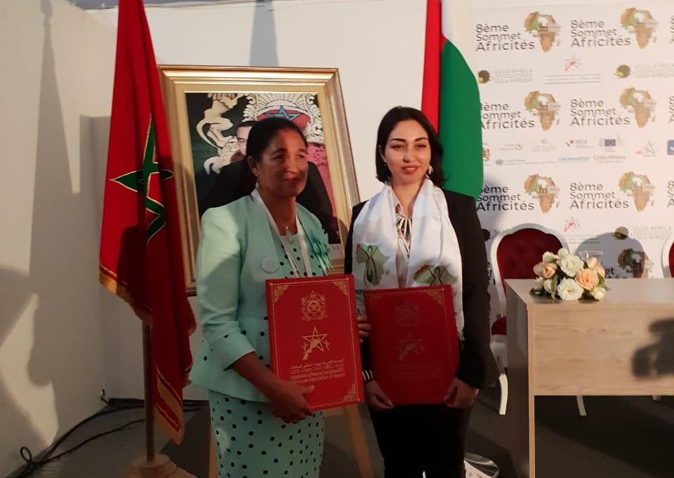 رئيسة جماعة العطاطرة بسيدي بنور  توقع اتفاقية توامة مع عمدة مدينة ماكاجانديرا بدولة مدغشقر