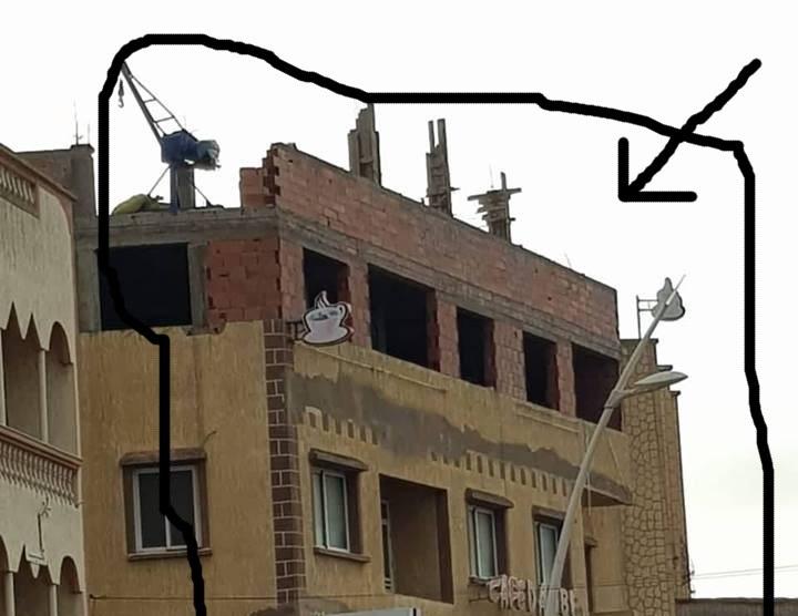 ساكنة دوار الدعيجات بمولاي عبد الله تطالب بتدخل فوري لوقف أشغال بناية عشوائية من أربع طوابق تهدد حياتهم