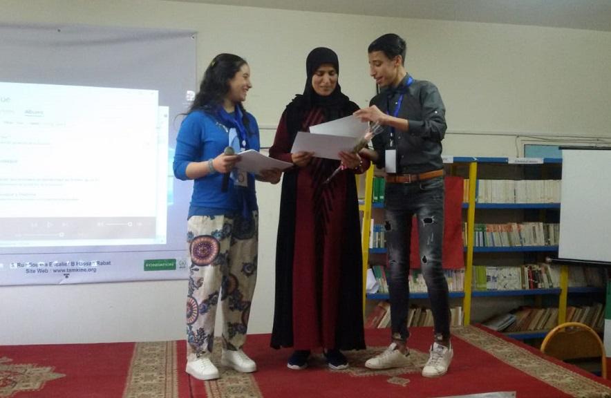 تلاميذ يحتفون بأطر ثانوية مولاي عبد الله في إطار حملة ''أستاذي راك عزيز''