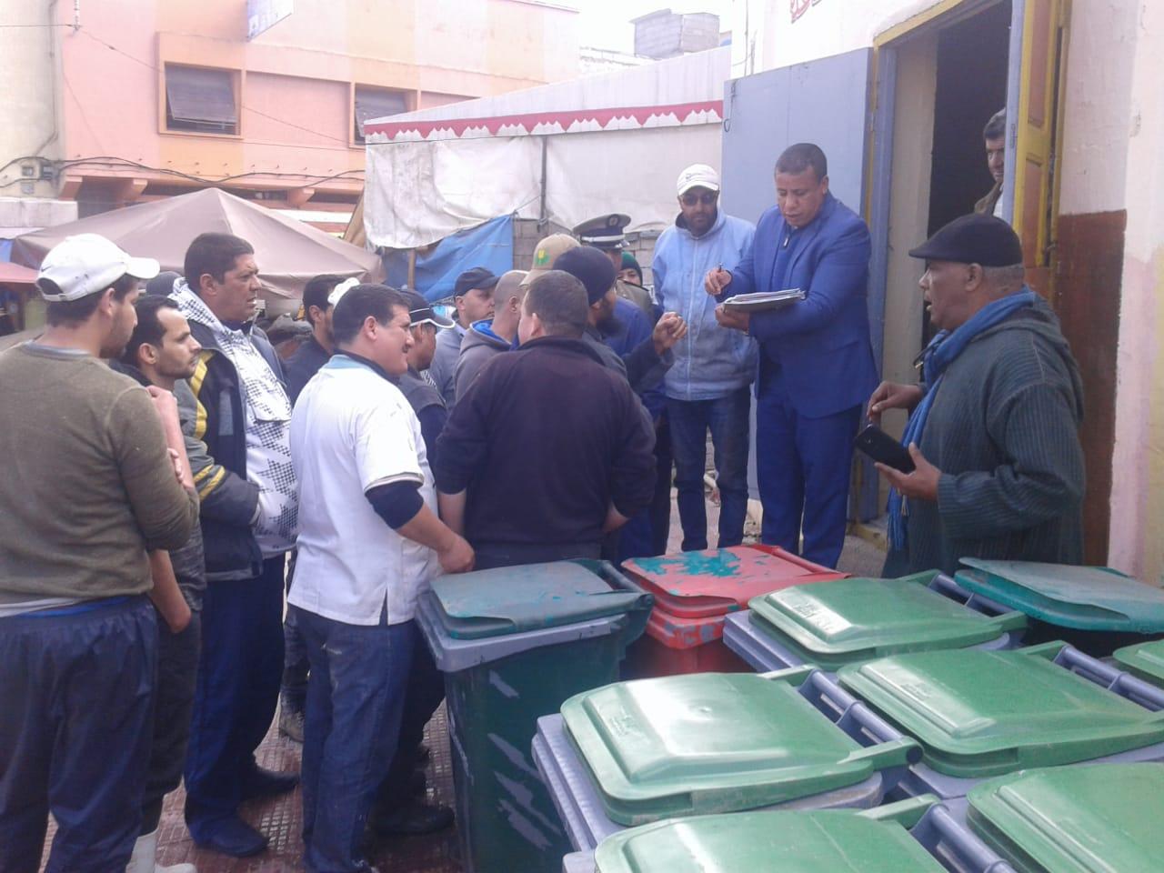 السلطة المحلية تشرف على عملية توزيع حاويات ازبال على بائعي سوق لالة زهرة بالجديدة