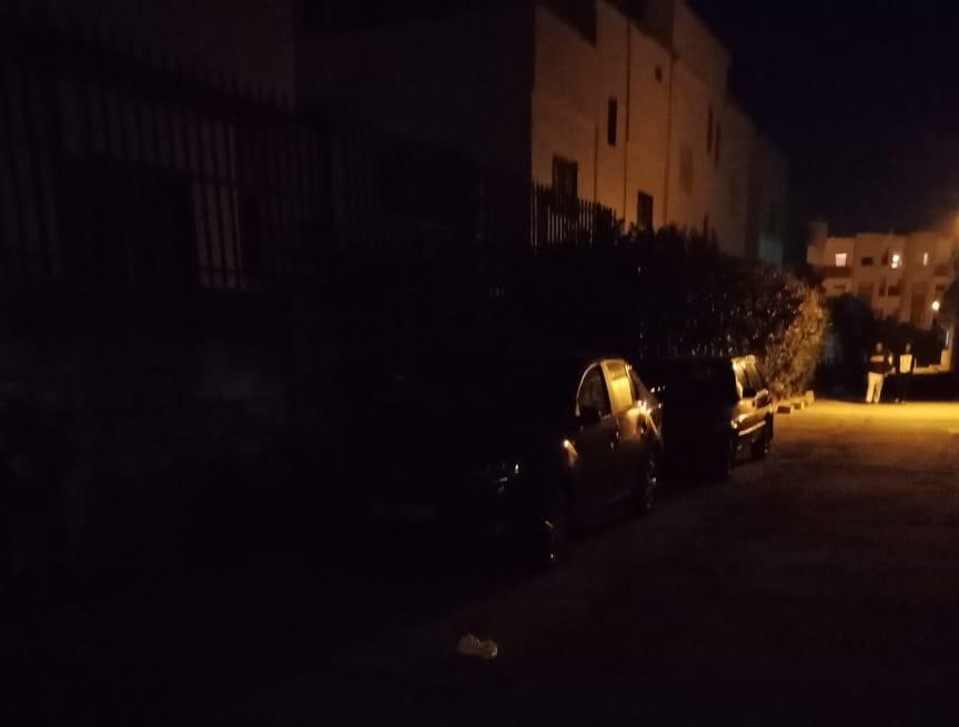 مواطنون يشتكون من ضعف الانارة العمومية باقامة الواحة قرب شارع خليل جبران بالجديدة