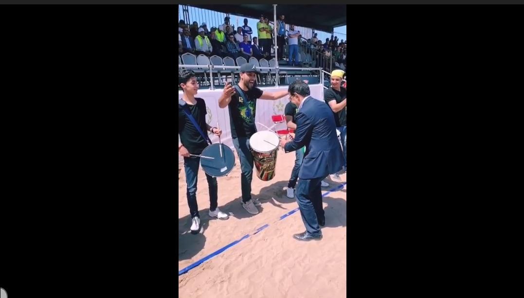 عامل الجديدة يقرع الطبول في لقطة طريفة مع فرقة استعراضية على هامش دوري الكرة الشاطئية بالجديدة