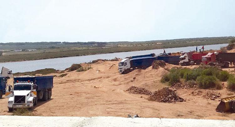درك البئر الجديد يوقف شاحنة محملة بالرمال المنهوبة من شواطئ الجديدة