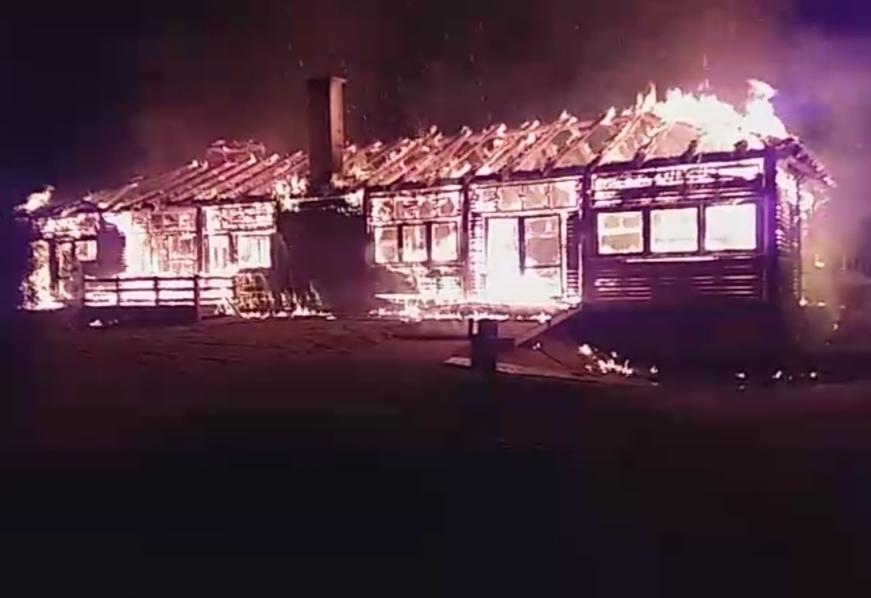 بالصور والفيديو.. النيران تلتهم منتجعا سياحيا شهيرا باقليم الجديدة