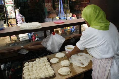 مواطن يطالب برفع الضرر من محل لبيع الفطائر في حي المطار بالجديدة