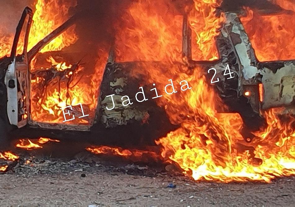 عااااجل وبالصور.. النيران تلتهم سيارة قرب حي السلام بالجديدة