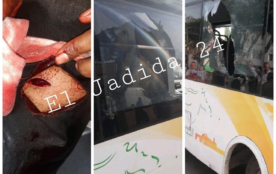 بالصور.. 3 جانحين يعتدون بالسلاح الابيض على ''كونطرولور'' ويكسرون حافلة للنقل الحضري بالجديدة