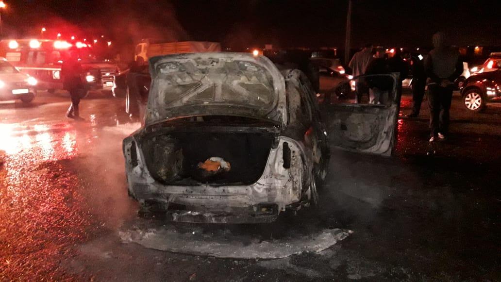شاهد بالصور.. النيران تلتهم سيارة بالكامل قرب محطة القطار بالجديدة