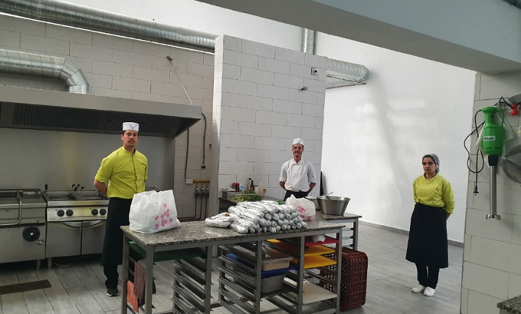 مؤسسة 'انترناشيونال سكول' بالجديدة تتطوع لتقديم وجبات غدائية يومية لنزلاء قاعة نجيب النعامي