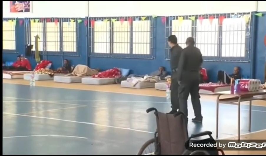 تقرير القناة الاولى حول ايواء سلطات الجديدة لعشرات المشردين بقاعة نجيب النعامي