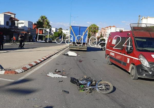 الجديدة 24 صادم وبالصور شاحنة تدهس رأس سائق دراجة نارية وترديه