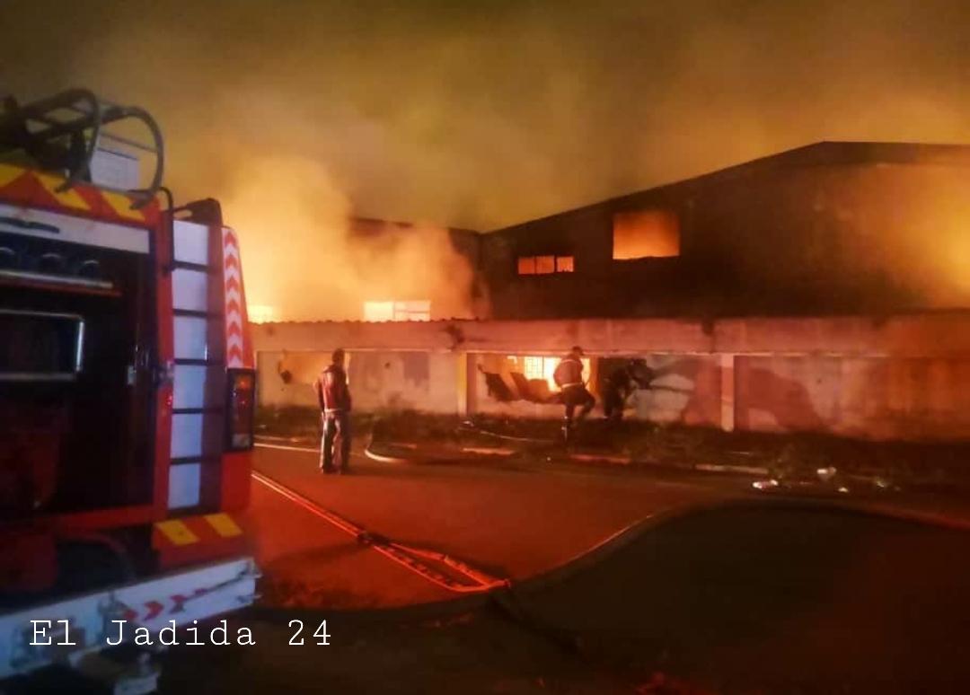 بالصور.. خسائر مادية جسيمة في حريق مهول أتى على معمل للنسيج بالكامل في الحي الصناعي بالجديدة
