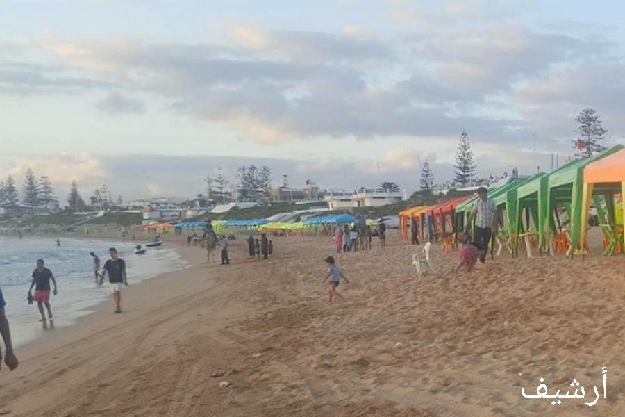 السلطات تشن حملات لإزالة المظلات الشمسية والكراسي بشاطىء سيدي بوزيد وتغلق مقهى للشيشة