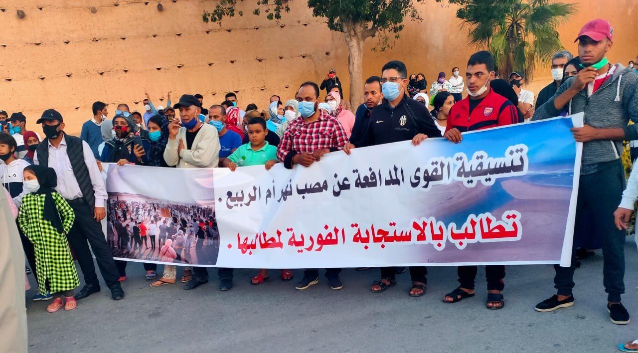بالصور.. تنظيم مسيرة حاشدة بمدينة آزمور من اجل انقاد نهر ام الربيع