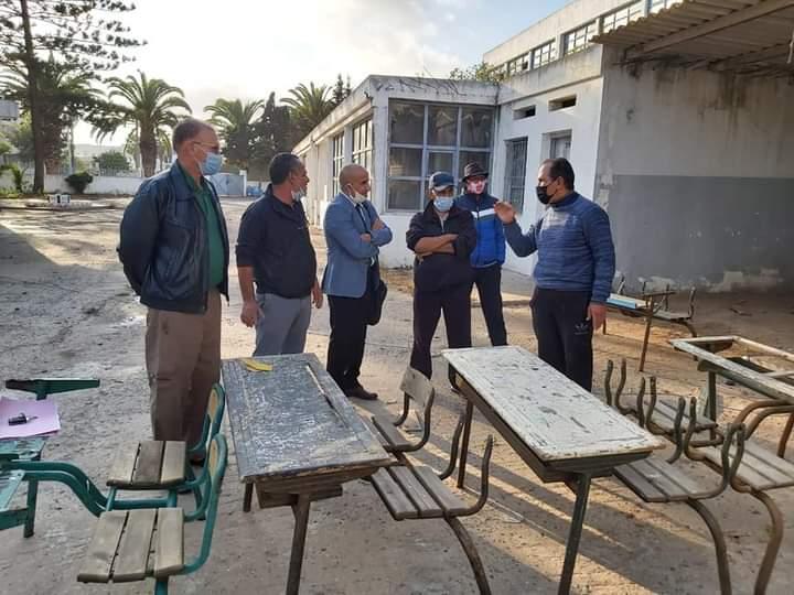 المدير الإقليمي للتعليم بالجديدة في زيارة لورشة اصلاح الطاولات المتلاشية
