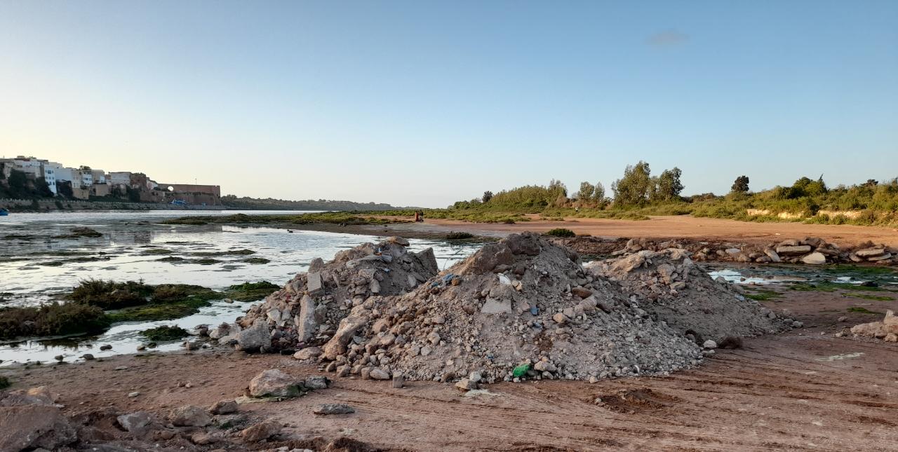 كارثة بيئية مرتقبة بضواحي آزمور..  نفايات أشغال التهيئة ترمى على ضفاف نهر ام الربيع