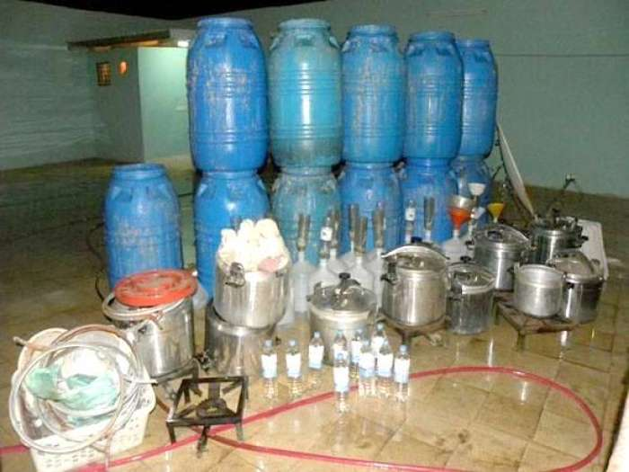 أمن سيدي بنور يفكك مصنعا سريا لتقطير ماء الحياة ويحجز نصف طن من مسكر الماحيا