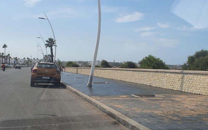 جدل بالجديدة حول جودة أشغال تكسية الرصيف بالشارع الرئيسي المؤدي إلى الدار البيضاء